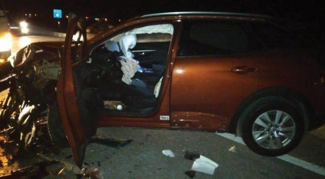 Karşı şeride geçen otomobil tıra çarptı: 1 yaralı