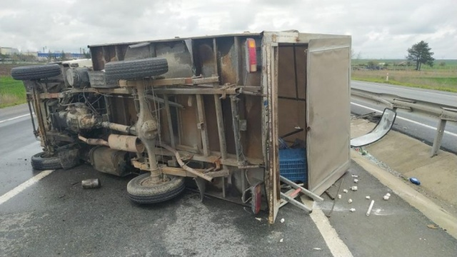 Kırklareli'de refüje çarpan kamyonet devrildi: 2 yaralı