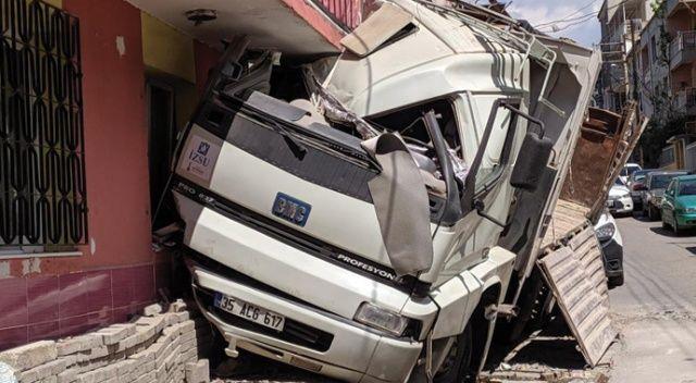 Kontrolden çıkan kamyon evin duvarına çarparak durabildi