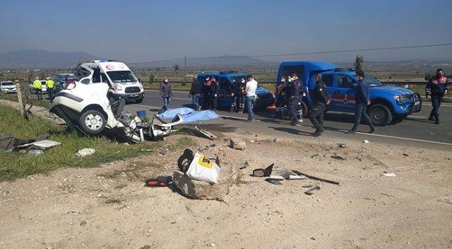 Manisa'da yoldan çıkan otomobil menfeze çarptı: 3 ölü