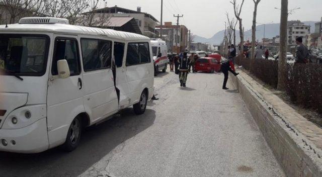 Otomobil bariyeri aşıp seyir halindeki minibüse çarptı: 7 yaralı
