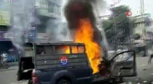 Pakistan'da sokaklar savaş alanına döndü, ölüler var