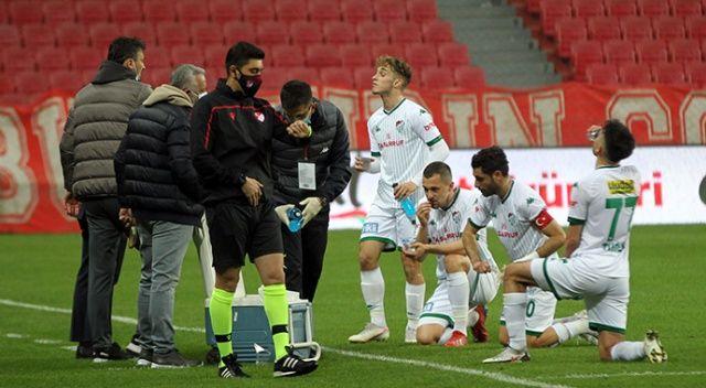 Samsunspor ile Bursasporlu futbolcular maç sırasında oruç açtı