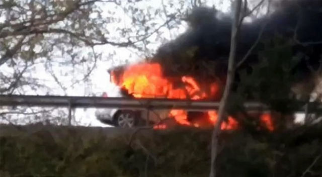 TEM Otoyolu'nda araç alev alev yandı