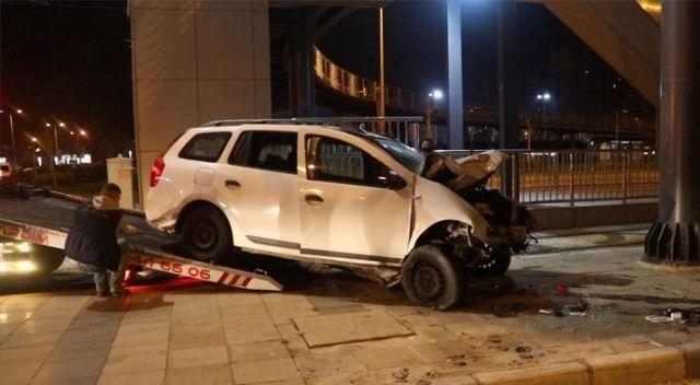 Üst geçidin ayağına çarpan otomobil sürücüsü ağır yaralandı