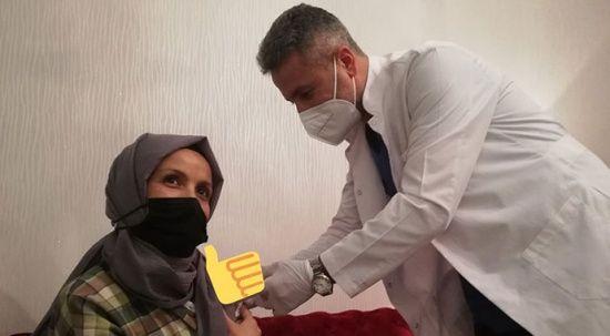 Bakan Koca ikna etti! Anaokulu öğretmeni aşısını oldu