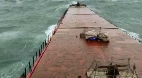 Filipinler'de tayfunun sürüklediği ve su alan kargo gemisi karaya oturdu: 4 ölü, 9 kayıp