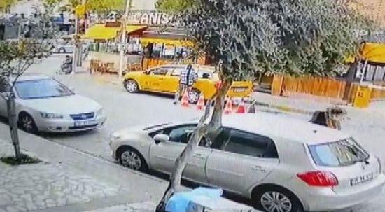 İzmir'de film gibi olay: Kaçırdığı taksi ile yayaya çarpan kadın yakalandı