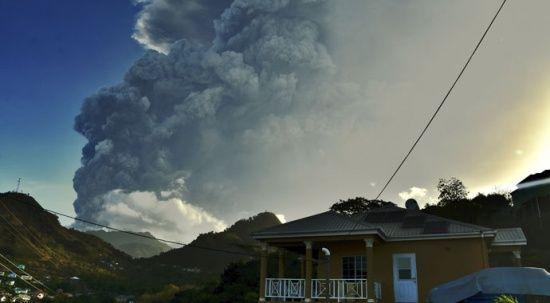 Karayipler'de yanardağ patlaması: İnsani kriz aylar sürebilir