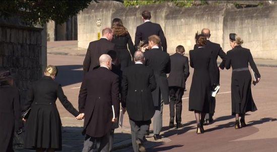 Kate aradan çekildi, Prens William ile Prens Harry sohbet etti
