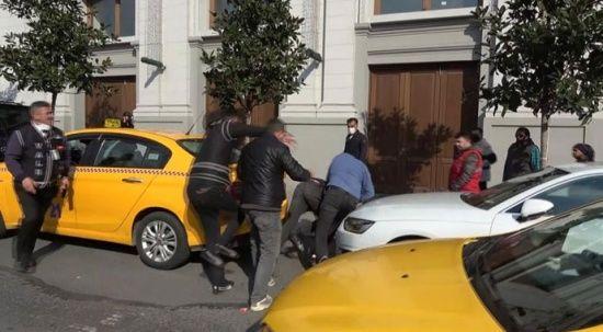 Taksim'de valelerle sokakta kalan gencin kavgası