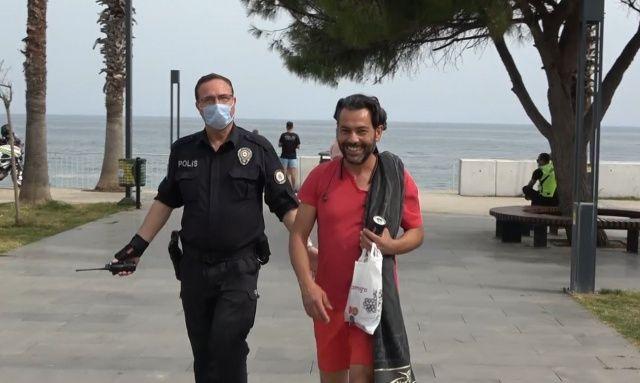 'Ceza yazılmasından çok mutlu oldum' dedi, polisin yanağından makas almak istedi