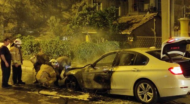 Alev alev yanan lüks aracı izlemek için sokağa döküldüler