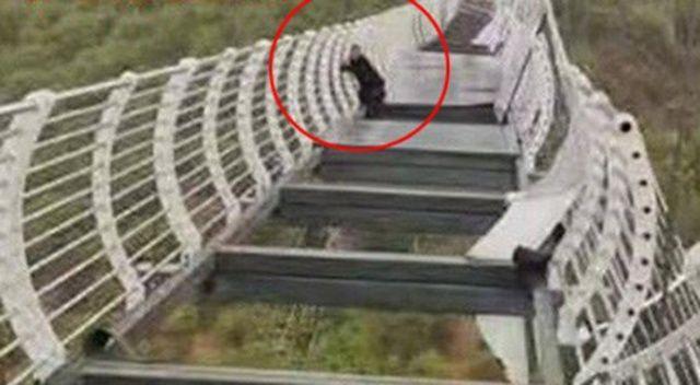 Çin'de korku dolu anlar: Turist, camları kırılan köprüde mahsur kaldı