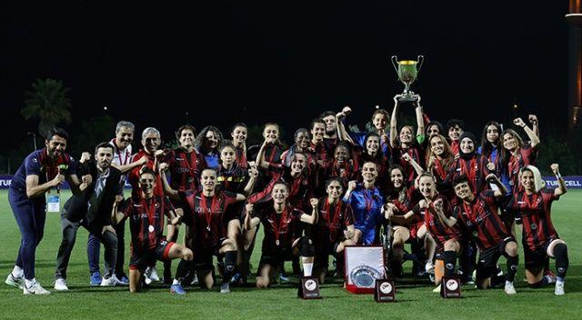 Cumhurbaşkanı Erdoğan, Beşiktaş Vodafone Kadın Futbol Takımı'nı kutladı