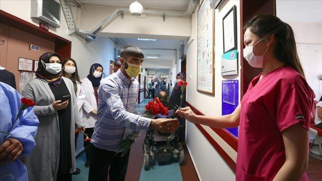 Doktoru 'tehdit eden' şüpheli, sağlık çalışanlarına karanfil dağıtarak ceza almaktan kurtuldu