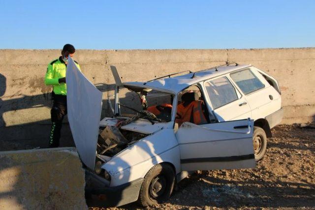 Elazığ'da otomobil beton bariyere çarptı, ölü ve yaralılar var