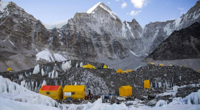 Everest Dağı'ndaki dağcılarda koronavirüs salgını yayılıyor