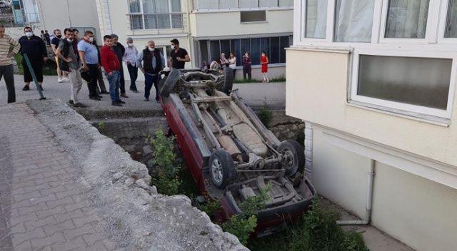Feci kaza! Kamyonet apartmanın bahçesine düştü