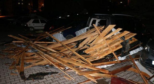 Fırtına çatıları uçurdu, 25 araçta hasar oluştu