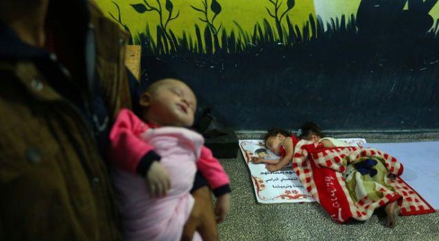 Gazze'de Filistinli aileler okullara sığındı