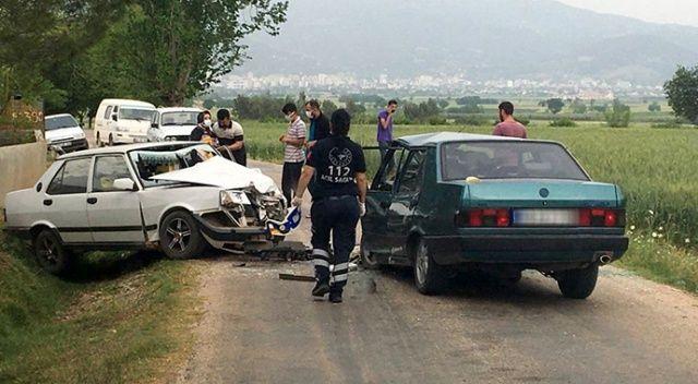 İki otomobil, boş yolda çarpıştı: Sürücüler ağır yaralandı