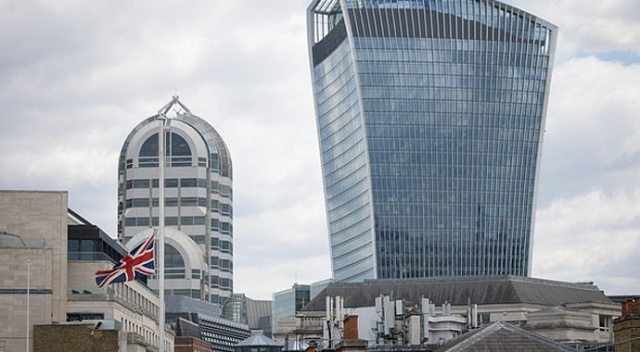 İngiltere'de endişe: Çin ülkeyi satın alıyor