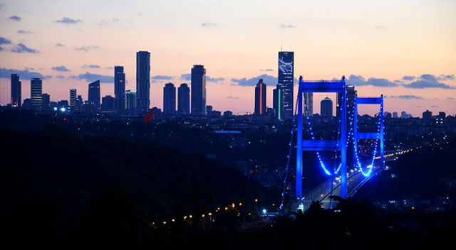 """İstanbul'da köprüler """"Engelliler Haftası"""" için mavi oldu"""