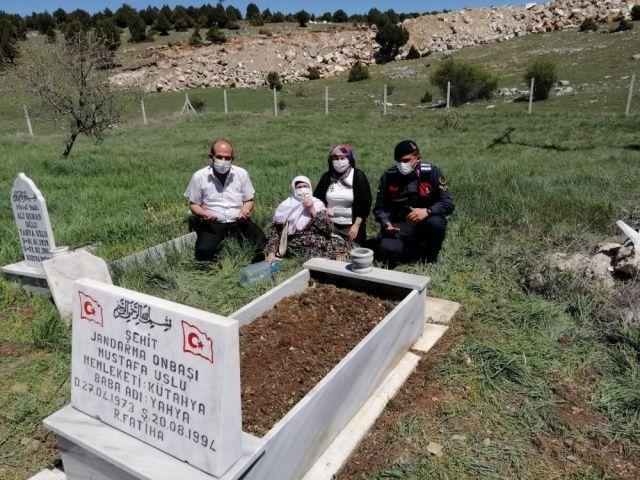 Jandarma, şehit annesini oğlunun mezarına götürdü