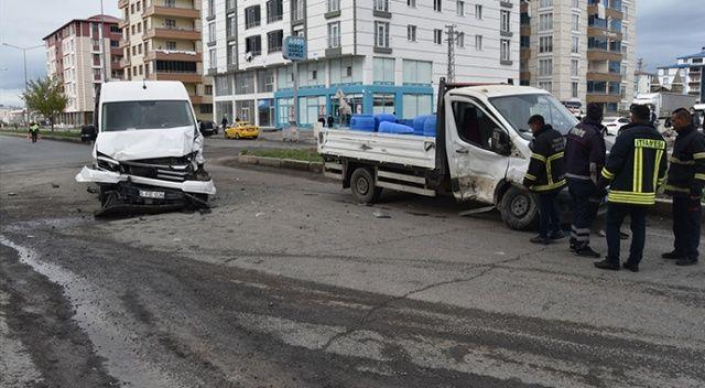 Kars'ta kamyonet ile minibüs çarpıştı: 3 yaralı