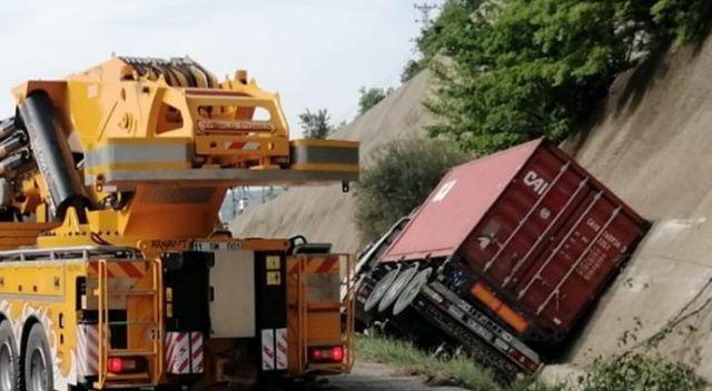 Tır kanala devrildi, Bursa-Ankara yolu kapandı