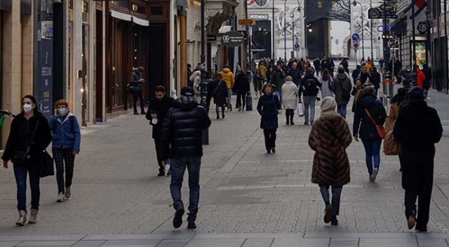 Viyana'da alışveriş merkezleri 1 ay sonra yeniden açıldı