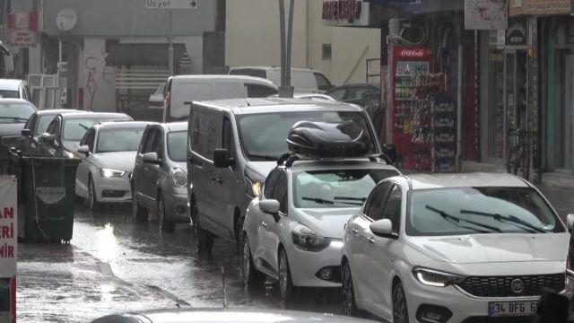 Yağmur aniden bastırdı, vatandaş kaçacak yer aradı