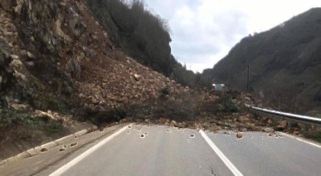 Yüksekova-Van yolunda heyelan çıktı, araçlar mahsur kaldı