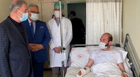 Çatışmada yaralanan askerlere Bakan Akar'dan ziyaret