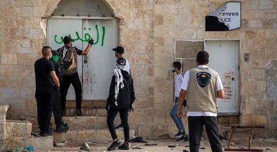 İşgalci İsrail polisi akşam namazından sonra cemaate saldırdı