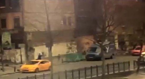 İstanbul'da silahlı çatışma anları kamerada: Çocuğunu bırakıp böyle kaçtı