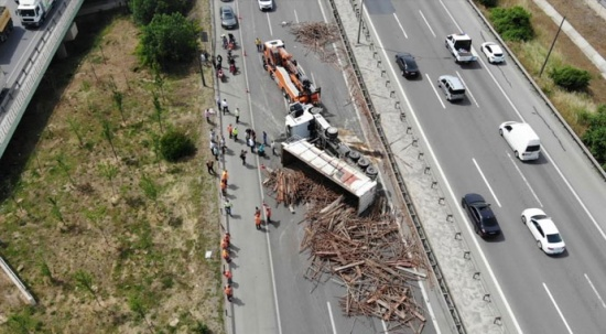 TEM Otoyolu'nda tır kazası! Yol trafiğe kapandı