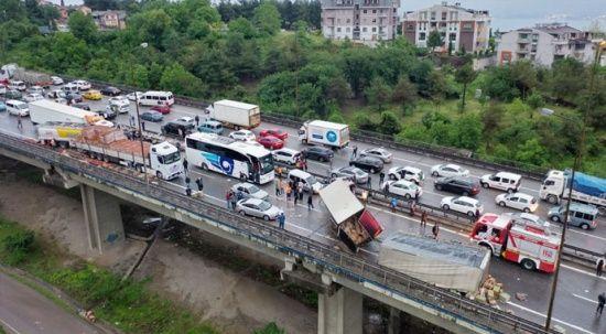 TEM Otoyolu'nda zincirleme kaza! 10'dan fazla araç birbirine girdi