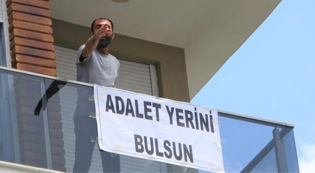 'Adalet yerini bulsun' pankartı aşıp kendini eve kilitledi