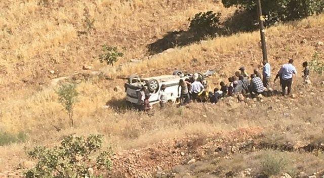 Araba şarampole devrildi, aynı aileden 2 kişi öldü