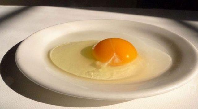 Çiğ yumurta saç döküyor