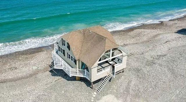 Kimileri bayıldı, kimileri riskli buldu! Plajda inşa edilen ev 1 milyon dolara satışa çıkarıldı