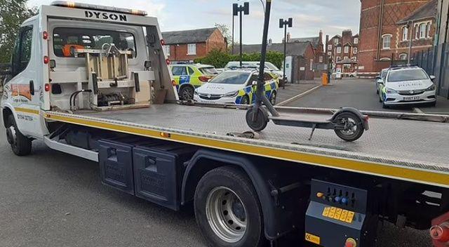 Koca tırda scooter çeken polis alay konusu oldu