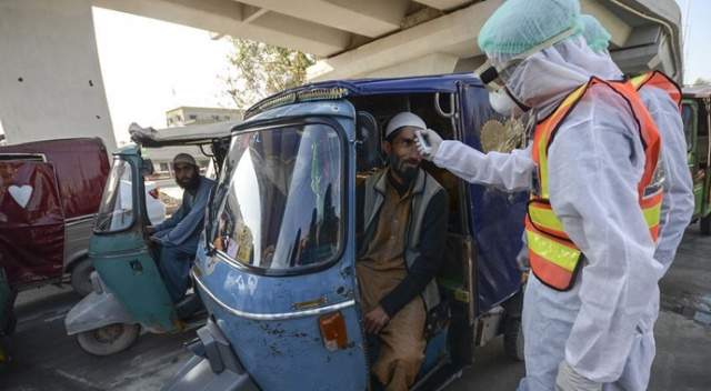 Pakistan'da aşı yaptırmayanın telefonu kapatılacak
