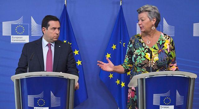 """Yunan bakan ile AB temsilcisi """"Ses topu"""" yüzünden canlı yayında kavga etti"""