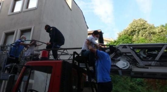 Bursa'da yangın paniği: 1'i bebek, 3'ü çocuk 12 kişi kurtarıldı