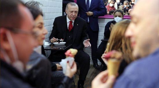 Erdoğan'dan, Beylerbeyi'nde dondurmacıda vatandaşla sohbet
