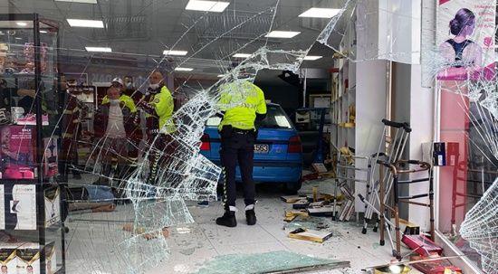 Kalp krizi geçiren sürücü, otomobille dükkana daldı