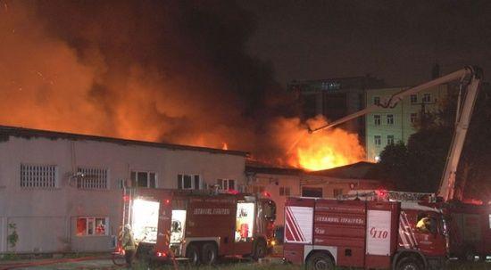 Küçükçekmece'de kağıt ambalaj fabrikasında yangın